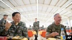 Chủ tịch Hội đồng Tham mưu trưởng Liên quân Hoa Kỳ Joseph Dunford (phải) ăn trưa cùng với ông Tống Phổ Tuyển (Song Puxuan), Tư lệnh Quân khu miền Bắc Trung Quốc tại một căn cứ ở Haichung, ngày 16/8/2017.