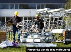 Operator jaringan telepon membangun menara selular. Sejumlah ketika kabel transmisi seluler lain telah rusak, di Nuenen, Belanda 11 April 2020. (Foto: Reuters/Piroschka van de Wouw)