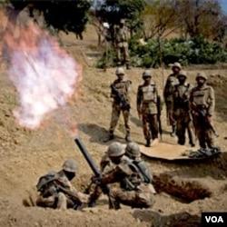 Pasukan Pakistan dalam operasi di dekat perbatasan Afghanistan. Islamabad membantah kecaman AS bahwa Pakistan gagal memerangi militan di perbatasan.