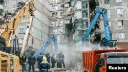 러시아 첼랴빈스크주 마그니토고르스크 시의 고층 아파트가 붕괴하는 사고가 발생한 후 재난 당국 관계자들이 3일 사고현장에서 시신을 수색하고 있다.