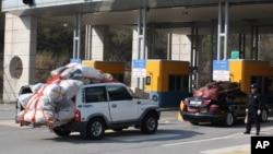 Kendaraan Korea Selatan dari kawasan industri Kaesong tiba di kantor bea cukai, imigrasi dan karantina di dekat desa perbatasan Paju, Korea Selatan (27/4).