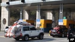 2013年4月27日开城工业园的韩国人员装满物品,由轿车和卡车组成车队跨境返回韩国。