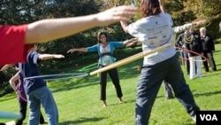 """La primera dama, Michelle Obama invita a un grupo de niños """"a moverse"""" haciendo hula hoops en los jardines de la Casa Blanca."""