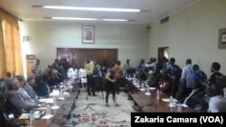 Des délégués de la majorité présidentielle et de l'opposition ont repris le dialogue à Conakry, Guinée, 22 septembre 2016. VOA/Zakaria Camara