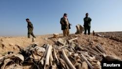 تصویری از یکی از گورهای دستجمعی که توسط نیروی های کرد کشف شد.