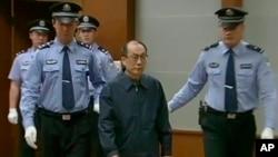 2013年6月9日在北京第二中级法院,中国前铁道部部长刘志军 (从右边第二位)因腐败和滥用职权指控被提讯。(CCTV视频截图)