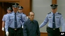 2013年6月9日在北京第二中級法院,中國前鐵道部部長劉志軍 (從右邊第二位)因腐敗和濫用職權指控被提訊。(CCTV視頻截圖)