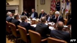 奥巴马团队7月14日在白宫商讨经济对策