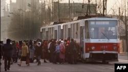 1990년대 북한이 체코로부터 수입한 전차가 평양 시내를 달리고 있다.