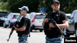 Пророссийские сепаратисты патрулируют дорогу у города Шахтерск в Донецкой области. 28 июля 2014.