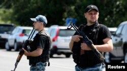 Các phần tử vũ trang thân Nga canh gác trong vùng ngoại ô Shakhtarsk, vùng Donetsk, miền đông Ukraine, ngày 28/7/2014.