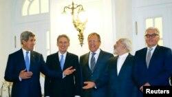 Menteri Luar Negeri AS John Kerry, Menteri Luar Negeri Inggris Philip Hammond, Menteri Luar Negeri Rusia Sergei Lavrov, Menteri Luar Negeri Iran Javad Zarif dan Menteri Luar Negeri Jerman Frank-Walter Steinmeier dalam pertemuan di Wina.