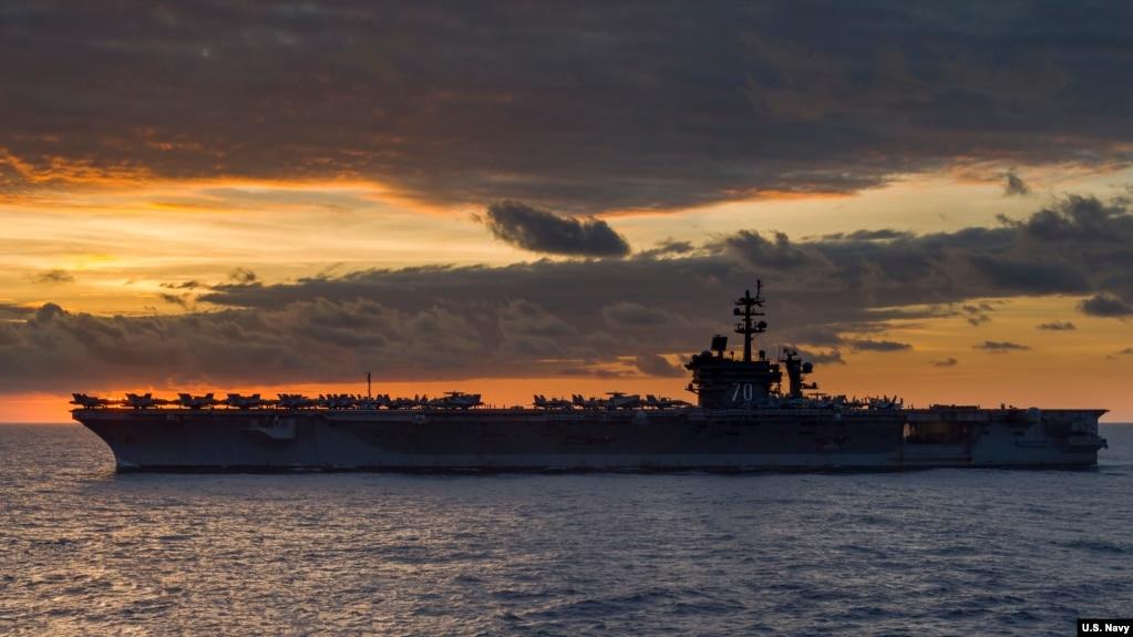USS Carl Vinson, tàu sân bay lớp Nimitz thứ 3 của Hoa Kỳ, đi ngang qua Biển Đông. Nhóm tàu tác chiến do tàu Carl Vinson dẫn đầu hiện đang hoạt động tại Tây Thái Bình Dương (U.S. Navy photo by Mass Communication Specialist Third Class Jasen Morenogarcia)