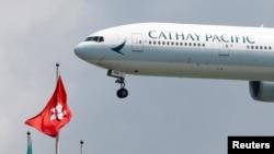 资料照:一架国泰航空公司的波音飞机降落在香港国际机场。(2019年8月14日)