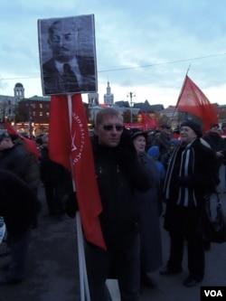 去年11月7日十月革命纪念日莫斯科游行中的俄共党员(美国之音白桦拍摄)