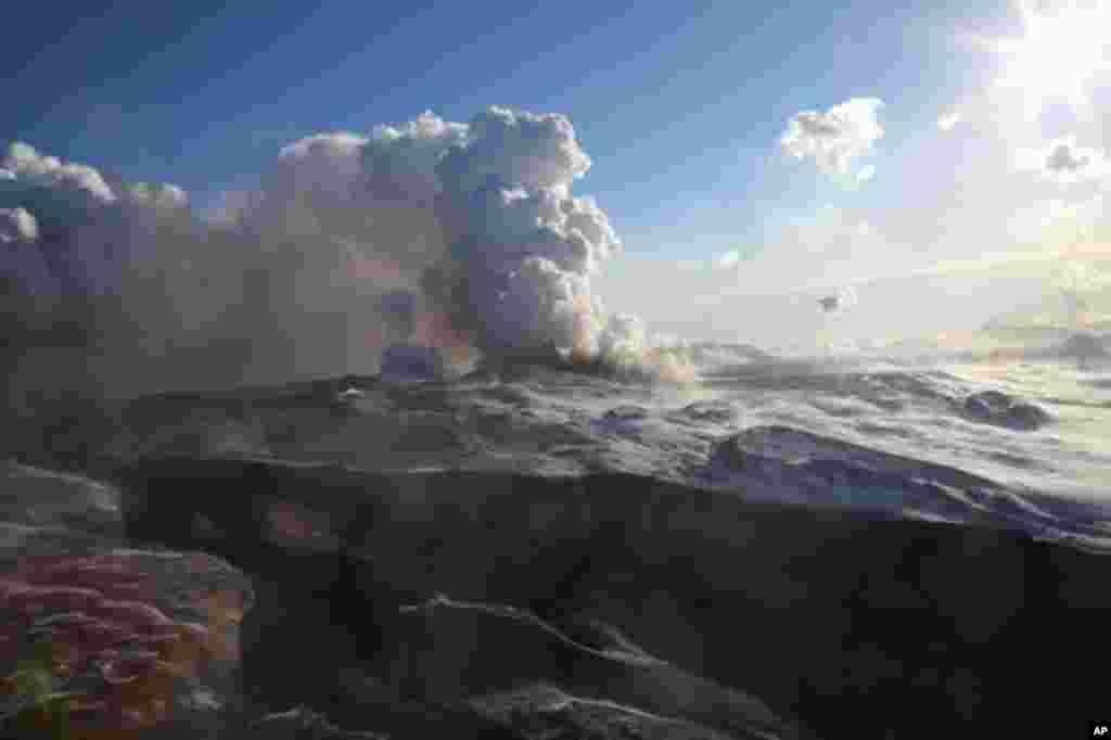 فوران آتشفشان «تولباچنيک پلوسکی» در شبه جزیره کامچاتکا در شرق روسیه. آتشفشان، واقع در ساحل شرقی شبه جزیره است که برای اولين بار در ۳۶ سال فوران کرده است. (اسوشیتدپرس)