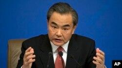 """Ngoại trưởng Trung Quốc Vương Nghị phát biểu trong cuộc họp báo tại trung tâm báo chí ở Bắc Kinh, ngày 8/3/2016. Ông Vương tuyên bố: """"Trung Quốc là nước đầu tiên khám phá, đặt tên, khai thác và quản lý nhiều đảo trên Biển Nam Trung Hoa. Tổ tiên của chúng tôi đã dày công gầy dựng những nơi đó qua bao thế hệ."""""""