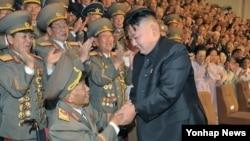 지난 2012년 정전협정체결일인 전승절(7.27) 기념행사에서 김정은 국방위원회 제1위원장과 악수하는 리을설.