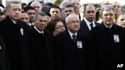Ο Πρόεδρος της Τουρκίας, Αμπντουλάχ Γκιούλ, ο Πρωθυπουργός Ρετσέπ Ταγίπ Ερντογάν και άλλοι ανώτεροι αξιωματούχοι στην κηδεία του Ραούφ Ντενγκτάς