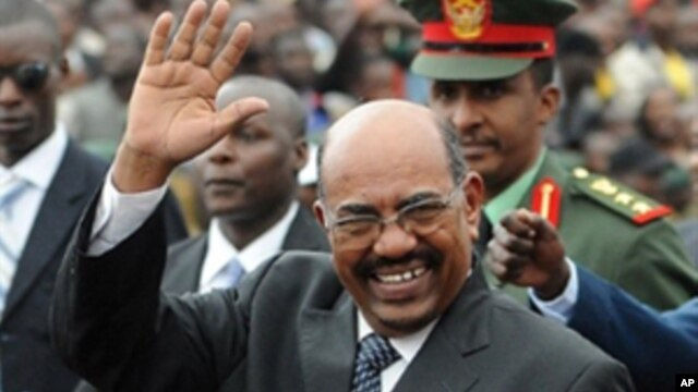 Sudanese President Omar Hassan al-Bashir waves as he arrives at the promulgation of Kenya's New Constitution at the Uhuru Park grounds in Nairobi, 27 Aug 2010