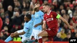 Raheem Sterling de Manchester City en duel avec Jordan Henderson de Liverpool lors du quart de finale de Liigue des champions au stade d'Anfield, Angleterre, 4 avril 2018.