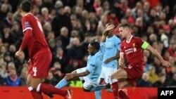 Raheem Sterling de Manchester City en duel avec Jordan Henderson de Liverpool, le 4 avril 2018