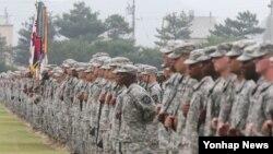 24일 주한 미군 2사단 이취임식에서 장병들이 열병을 준비하고 있다. (자료사진)