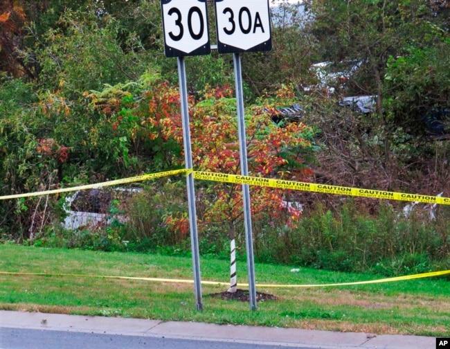 En esta foto del sábado 6 de octubre de 2018, una limusina, a la izquierda, fue a parar al bosque luego de un accidente fatal en Schoharie, N.Y. (Tom Heffernan Sr. a través de AP)