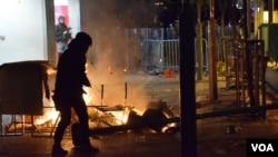 旺角冲突有示威者隔着火堆及障碍物与防暴警察对峙(美国之音汤惠芸)。