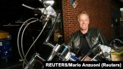 """Piter Fonda i replika motocikla """"Kapetan Amerika"""" koji je vozio u filmu """"Divlji u sedlu"""" iz 1969. godine. Fotografija je iz oktobra 2009. (Foto: REUTERS/Mario Anzuoni)"""