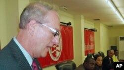 Christopher McMullen, embaixador americano em Luanda