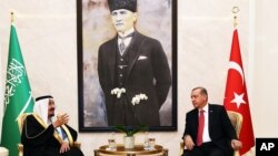 Turkish President Recep Tayyip Erdogan (r) and Saudi Arabia's King Salman speak at Esenboga Airport in Ankara, Turkey, April 11, 2016.