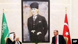 2016年4月11日,土耳其总统埃尔多安(右)与沙特国王萨尔曼在安卡拉的埃森博阿机场讲话。