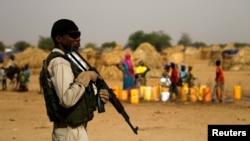 Un soldat nigérien monte la garde dans un camp de la ville de Diffa, au Niger, le 18 juin 2016.