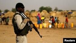 Un soldat nigérien dans un camp de la ville de Diffa lors de la visite de Mohamed Bazoum, ministre de l'Intérieur au Niger, le 18 juin 2016.