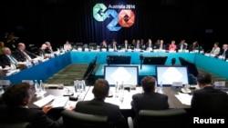 El primer ministro australiano, Tony Abbott (al centro, de espaldas) se dirige a la cumbre B20 en anticipación a la cumbre del G20 que comienza el sábado.