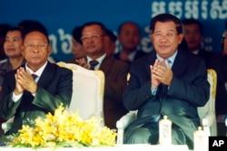 Thủ tướng Campuchia Hun Sen (phải) của Đảng Nhân dân Campuchia cầm quyền và Chủ tịch Quốc hội Heng Samrin.
