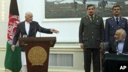 Afg'oniston Prezidenti Ashraf G'ani (chapda) jurnalistlarga Qunduzdagi vaziyat haqida ma'lumot bermoqda, Kobul, 29-sentabr, 2015-yil.