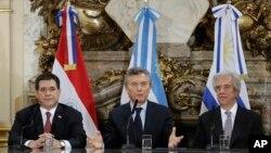 De izquierda a derecha, Horacio Cartes, presidente de Paraguay, Maricio Macri, presidente de Argentina y Tabaré Vázquez, presidente de Uruguay, asistieron a una conferencia de prensa en Buenos Aires, el miércoles, 4 de octubre, de 2017, para anunciar la candidatura conjunta de sus respectivos países para el Mundial 2030.