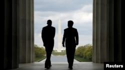 2015年4月27日美国总统奥巴马(左)与日本首相安倍晋三访问面对华盛顿纪念碑的林肯纪念堂