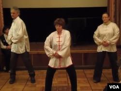 俄罗斯与中国合作领域越来越多。在莫斯科的一个活动中俄国人表演太极拳。