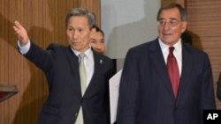韩国国防部长金宽镇和美国国防部长帕内塔在韩国国防部