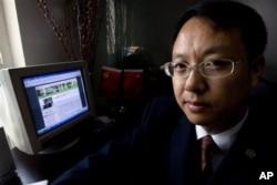 中国律师刘晓原在他的办公室里,旁边的电脑显示他的文章(2007年10月12日)