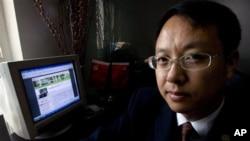 中國律師劉曉原在他的辦公室裡,旁邊的電腦顯示他的文章。(資料圖片)