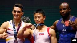 1일 스코틀랜드 글래스고에서 열린 세계기계체조선수권대회 남자 도마 결승전에서 금메달을 차지한 북한의 리세광 선수(가운데)가 은.동을 차지한 선수들과 함께 메달을 들어보이고 있다.