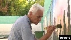 مصطفی احمد، ۸۳ ساله، به خاطر رسامی دیوارنمایی در میان مهاجرین کمپ البس لبنان مشهور است