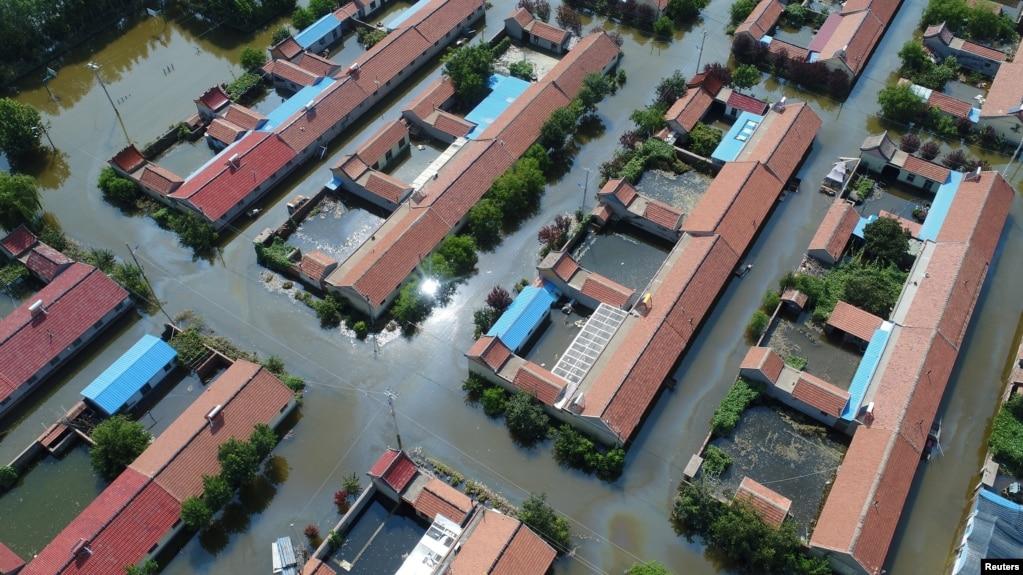 空中拍摄的中国山东省寿光县一个村庄被洪水所淹的情况。(2018年8月24日)