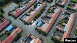 空中拍攝的中國山東省壽光縣一個村莊被洪水所淹的情況。(2018年8月24日)