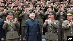 지난 5월 북한 '조선중앙통신'이 배포한 김정은 제1위원장과 군인들의 사진.