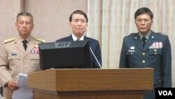 台湾国防部长高广圻(中)等官员在立法院接受质询(美国之音 张永泰拍摄 )